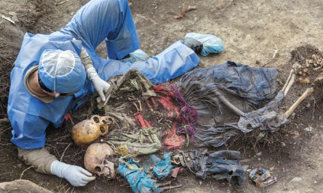 Limpiando restos óseos. Foto del diario La República.